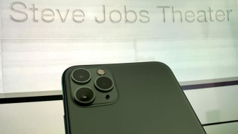Imagem iPhone 9 no Steve Jobs Theatre