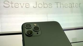 Imagem iPhone 9 no Steve Jobs Theatre