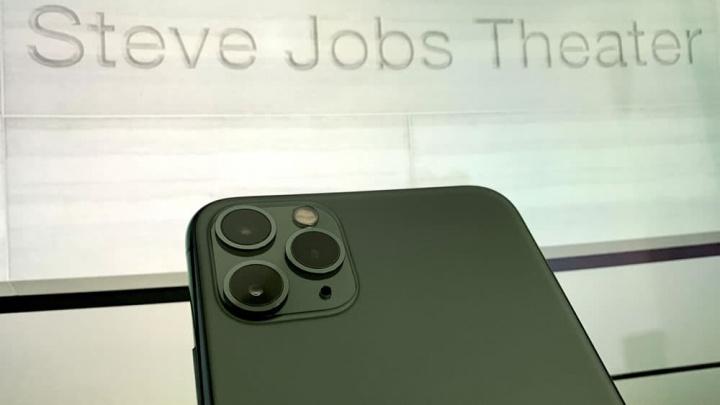 Imagem iPhone 9 no Steve Jobs Theater da Apple