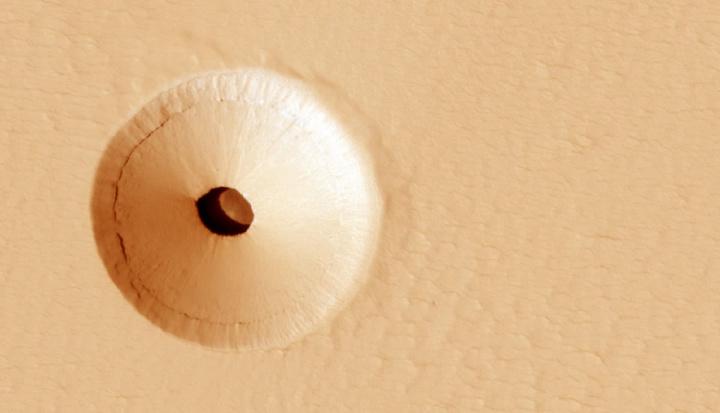 Imagem mostra buraco na superfície do planeta Marte
