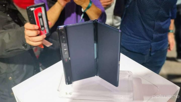 Huawei patenteia smartphone dobrável com câmara para zoom