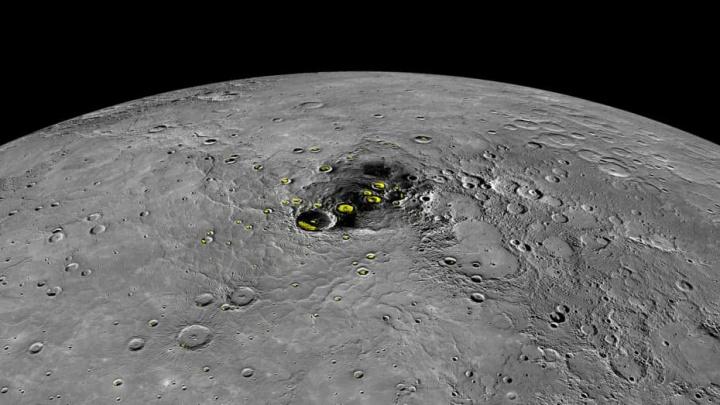 Imagem do lado com sombvra do planeta Mercúrio onde tem água