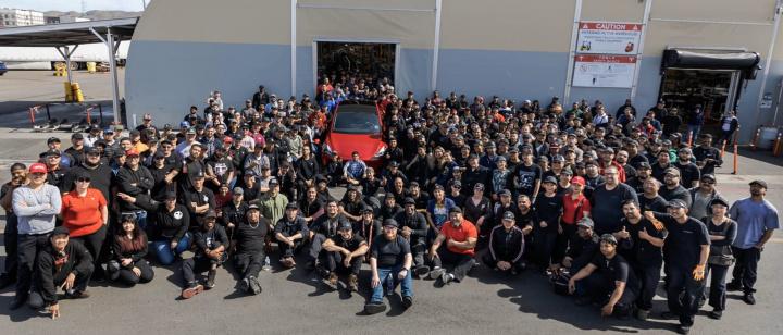 Imagem da equipa de produção que fabricou o carro elétrico Tesla 1 Milhão