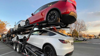 Imagem de carros elétricos MTesla Model Y para serem entregues amanha aos clientes