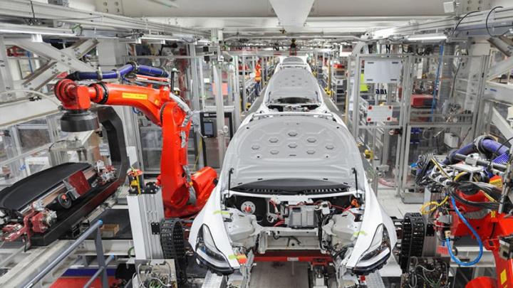 Imagem interior da fábrica da Tesla que vai fabricar ventiladores