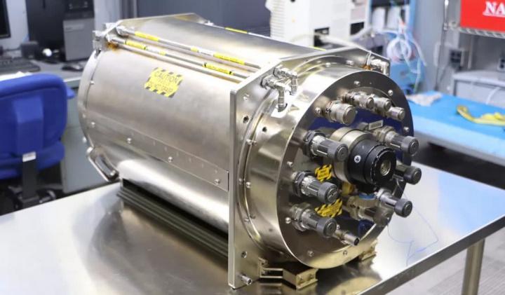 Imagem de equipamento que recicla urina em água da NASA