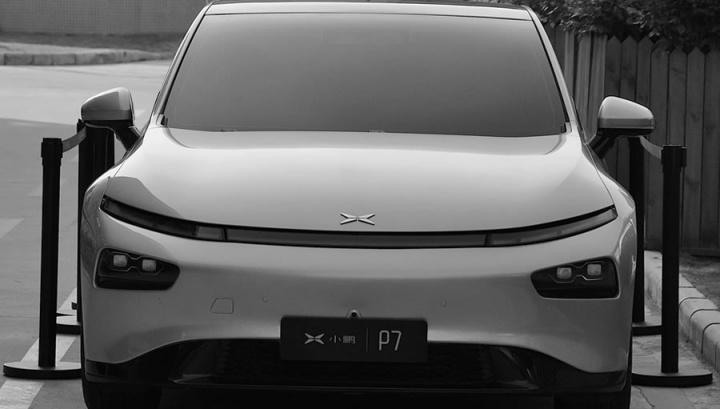 Imagem da frente co carro elétrico P7 da Xpeng