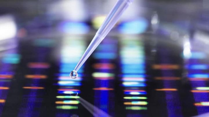 Imagem ilustração análise de ADN para combate à COVID-19 com vacina