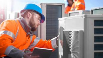 Imagem de técnico na reparação de ar condicionado