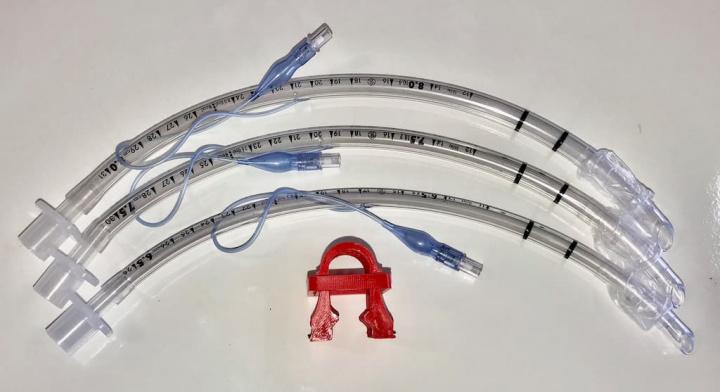 """COVID-19: Enfermeiro português cria """"clamp"""" para ventiladores"""