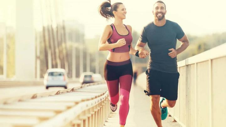 Imagem duas pessoas a correr lado a lado em tempos de quarentena