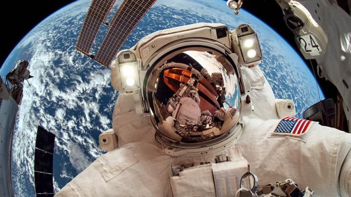 Imagem astronautas da NASA no espaço ao lado da ISS