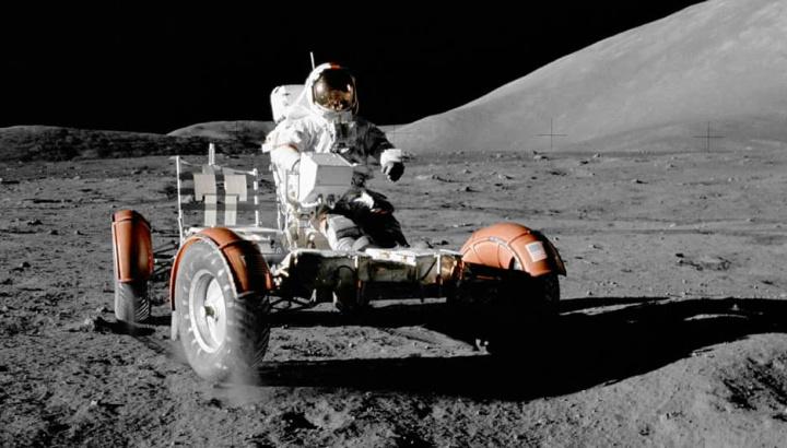 Ilustração de como será conduzir na lua com a sua gravidade