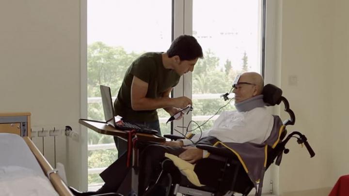 Imagem pessoa com limitações que poderá usar o cérebro e a inteligência artificial para agir