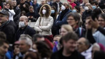 Imagem de pessoas com máscara e sem máscara na pandemia COVID-19