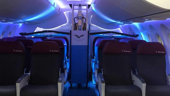 Imagem interior avião a ser desinfetado com raios UV contra a COVID-19