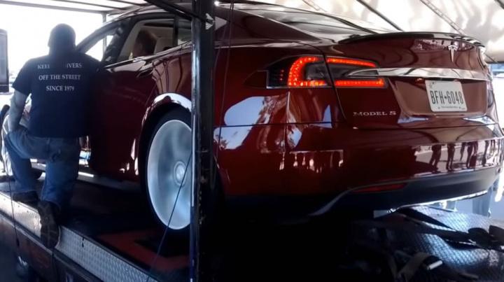 Imagem Tesla Model S no banco de potência a testar os campos eletromagnéticos
