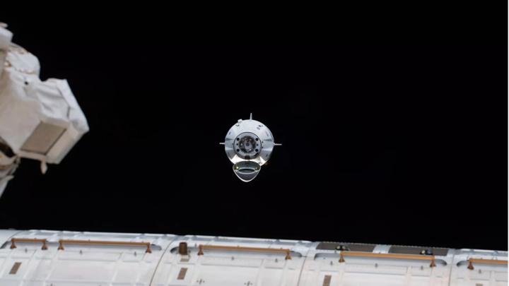 Imagem da chegara da Crew Dragons, da SpaceX à Estação Espacial Internacional