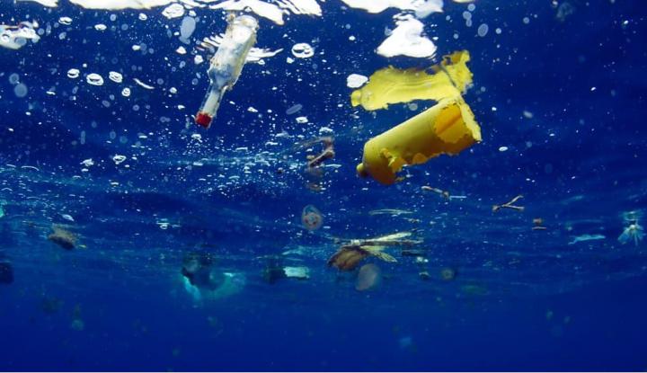Imagem oceanos poluídos com plástico
