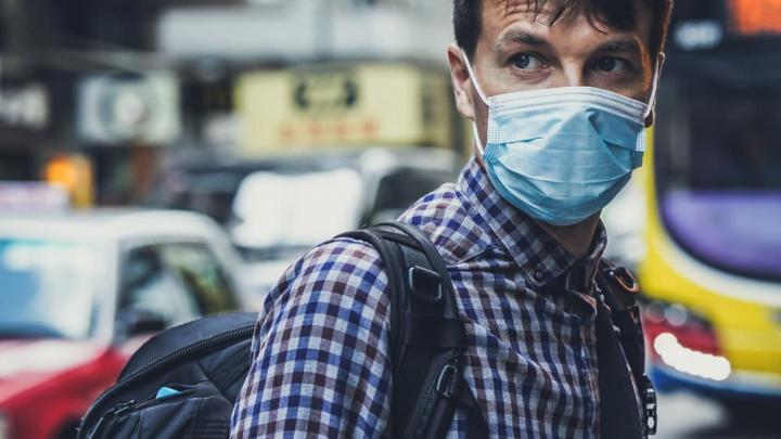 Imagem homem com máscara para se proteger do SARS-CoV-2, o novo coronavírus