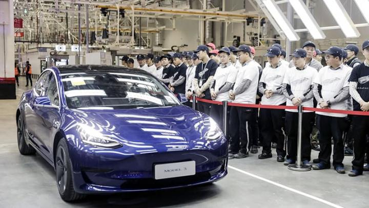 Imagem Tesla Model 3 na fábrica da China com novo preço