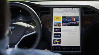 Imagem interior com módulo multimédia da Tesla