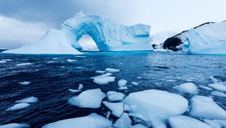 Imagem do ar puro no oceano Antártico na região da Antártida