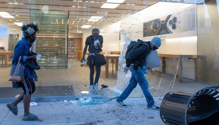 Imagem assalto lojas Apple nas manifestações George Floyd
