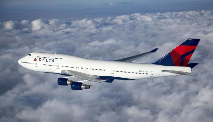 Imagem avião num voo comercial por cima das nuvens a vigiar a meteorologia