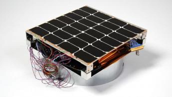 Imagem de hardware de captação solar no espaço