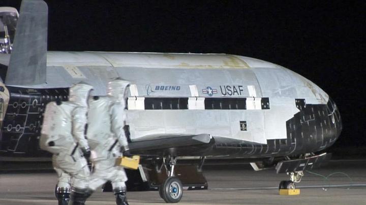 Imagem Veículo de Teste Orbital X-37B que carrega painel solar para captar energia solar no espaço