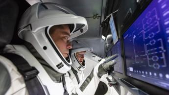 Imagem computadores com Linux a gerir a Crew Dragon da SpaceX na ida ao Espaço