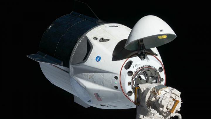 Imagem da aproximação da Crew Dragon à ISS no Espaço