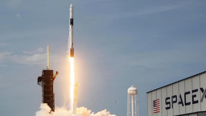 Imagem do Falcon 9 com motores Merlin a levar a Crew Dragon ao Espaço
