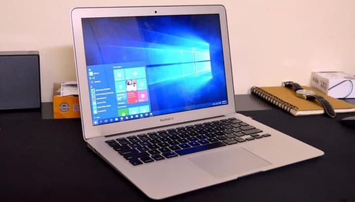 Imagem de um MacBook Air com Windows 10