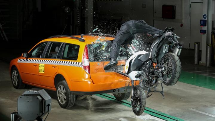 Imagem da simulação de acidente com motociclistas e um carro que dispara o Help Connect da Bosch