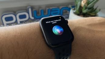 Imagem Apple Watch com Siri, tecnologia debaixo de olho da UE
