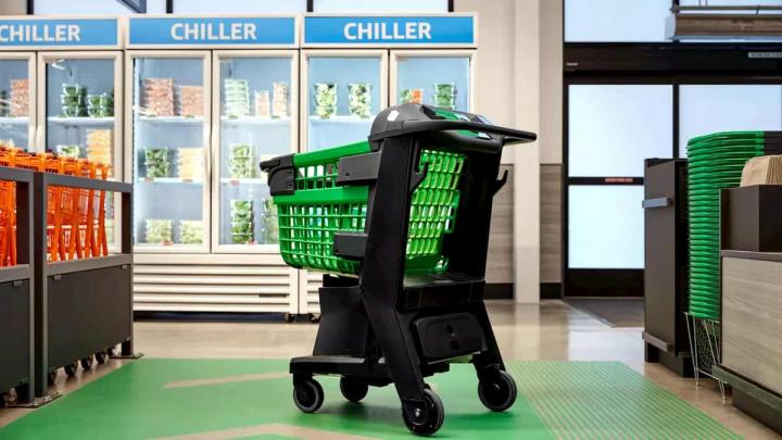 Carrinho de compras com congelados no fundo.