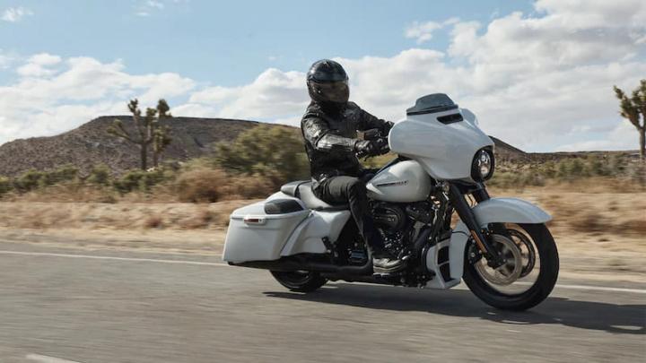 Harley Davidson conduzida por uma pessoa.