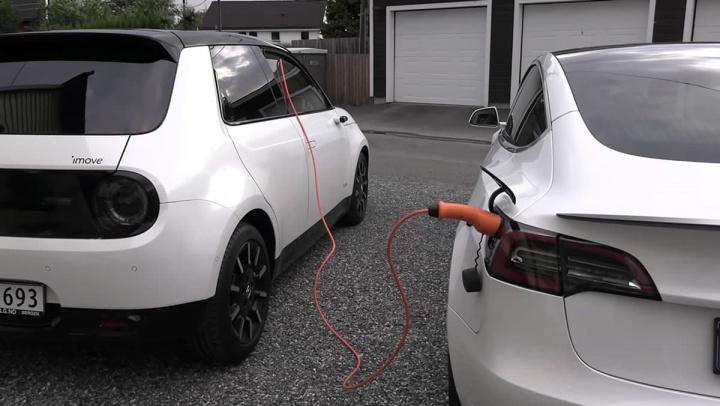 Imagem do Tesla Model 3 a ser carregado pelo Honda E