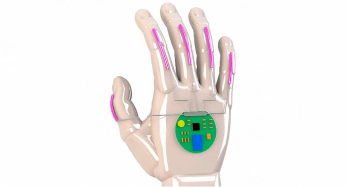 Protótipo de mão com sensores elétricos e uma placa de circuito.