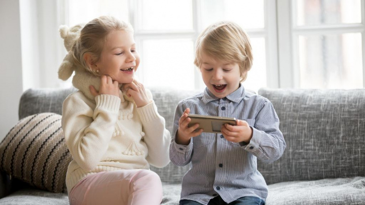 Não deixe as crianças utilizarem livremente PCs e gadgets, o controlo parental é importante - People photo created by yanalya - www.freepik.com