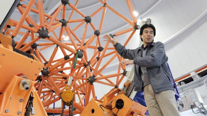Masaru Kino, membro da equipa que desenvolveu o telescópio, a explicar o design inovador do Seimei