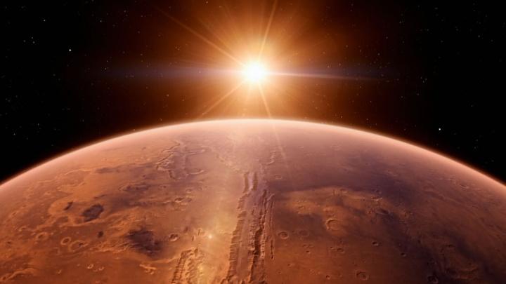 Imagem de Marte com o Sol ao fundo