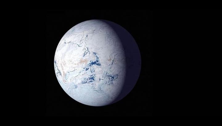 Imagem da Terra coberta de gelo e neve, evento Snowball Earth