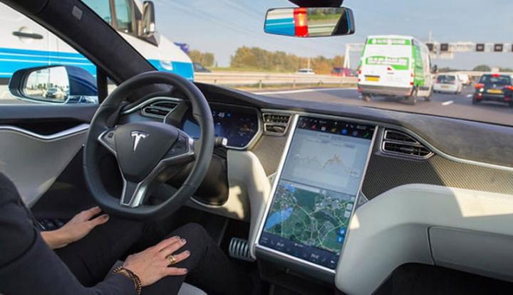 Imagem Tesla em modo autopiloto que Elon Musk tem publicitado