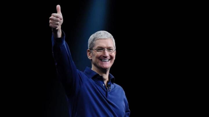 Imagem do CEO da Apple satisfeito com os 2 biliões de dólares