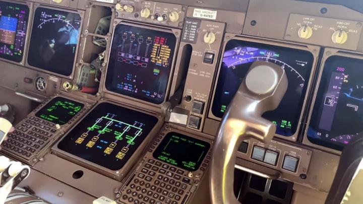 Imagem da aviónica de um avião Boeing 747-400 da British AirWays