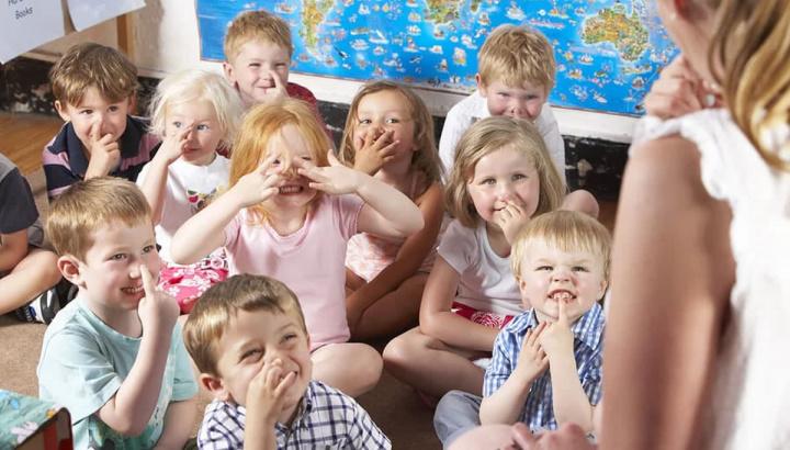 Imagem de crianças a brincar no infantário