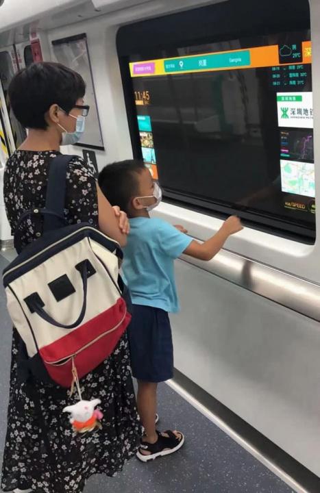 Imagem utilizadores a usar o ecrã no comboio